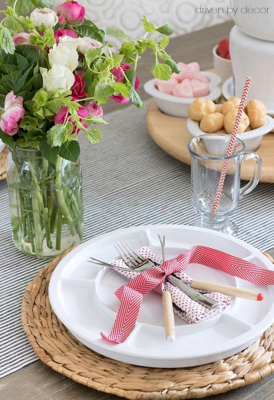 Valentine's Day table setting ideas beautiful Valentines tablescape