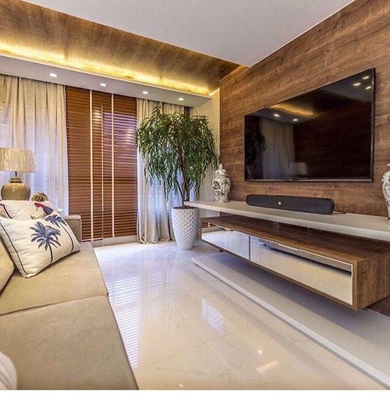 Sala com painel de TV em madeira: