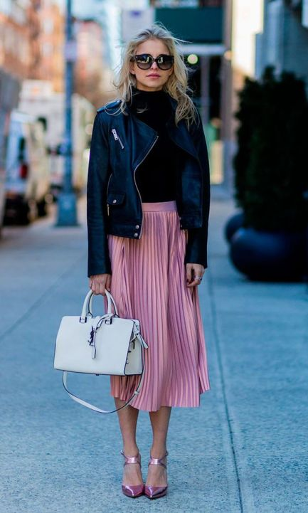 This pleated skirt outfit is so cute!