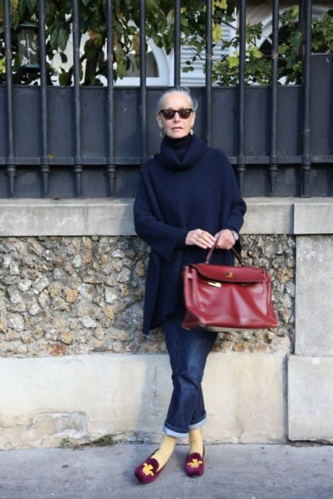 Oversize-Pullover mit Boyfriend-Jeans und Samt-Slippern - bequem, modern, ladylike. (Quelle: Linda V Wright):
