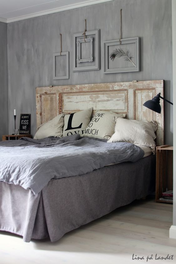 .Ancienne porte en tête de lit. http://www.m-habitat.fr/par-pieces/chambre/quel-style-de-deco-pour-une-chambre-2735_A: