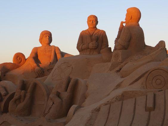 Песчаные скульптуры изображали  многих певцов и музыкантов, героев музыкальных фильмов, начиная от великих  и заканчивая поющими героями мультфильмов…: