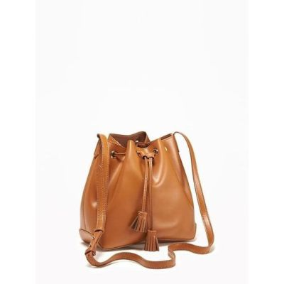 Old Navy Womens Faux Leather Drawstring Bucket Bag ($30) ❤ liked on Polyvore featuring bags, handbags, shoulder bags, cocoa, white bucket bag, faux leather bucket bag, vegan purses, bucket shoulder bag and vegan handbags: