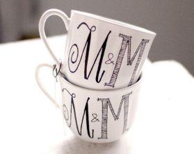 Recuerdos para boda originales - Tazas con monograma - Mas ideas en http://bodasnovias.com/recuerdos-para-boda-economicos-para-hacer-en-casa/5873/ #casarcasar