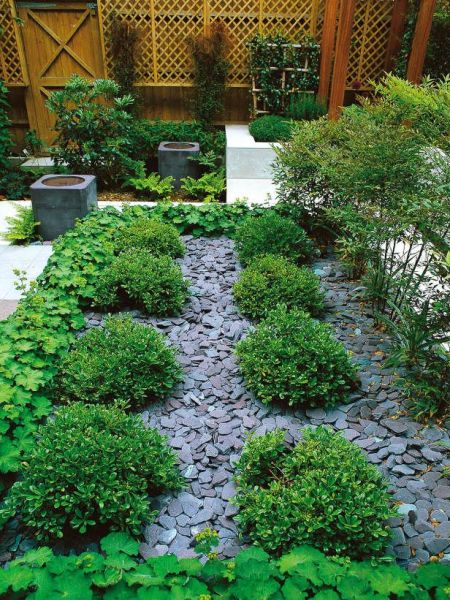 slate garden landscaping Slate chips are used to mulch pathways between plantings