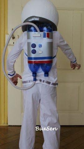 Astronautenkostm aus Pappmach-Helm, PET-Flaschen, Computertasten und gepimptem Shirt