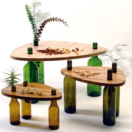 Mesas con las patas de botellas de cristal: