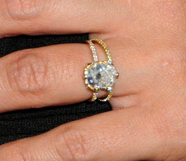 Jessica Alba Close Up Thin Gold Band Engagment Ring