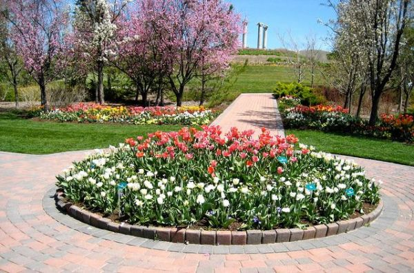 circular flower garden designs Round flower bed | Gardens and Garden ideas