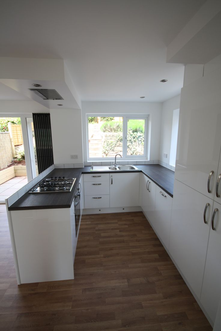 Gloss White Kitchen Peninsular Units With Flush Ceiling