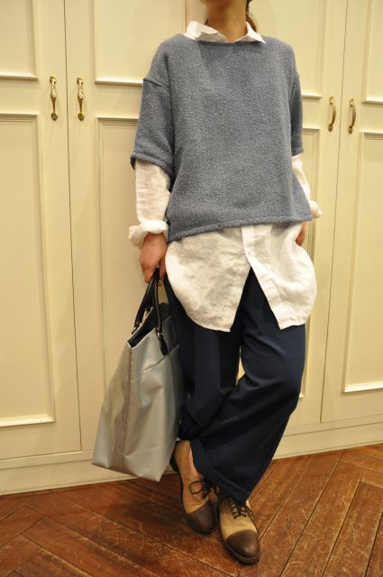 I love this easy combination: long shirt, short boxy top, baggy trousers and lace-ups