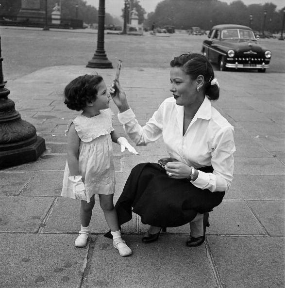 Gene Tierney with daughter in Paris Cool Moms