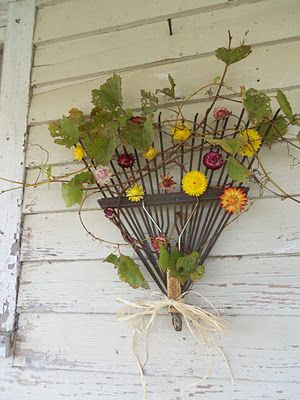 Rake Head Wreath … This repurposed decor has quite a story to tell! After a lifetime of raking up autumn