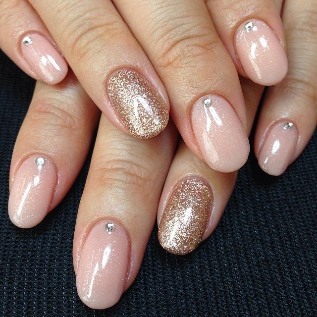 Round nude nails with gold