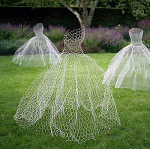ghostly figures made from chicken wire {halloween decoration ideas}    these wou