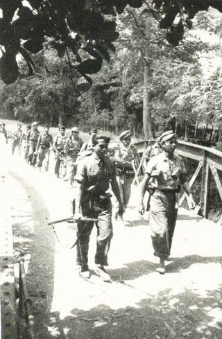 TNI-militairen trekken Djokjakarta binnen, nadat de Nederlandse troepen de stad na het Van Royen-Roem akkoord onder internationaal toezicht hebben verlaten.: