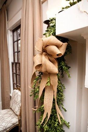 Do you love crafting with burlap? Check out this fabulous burlap Christmas craft