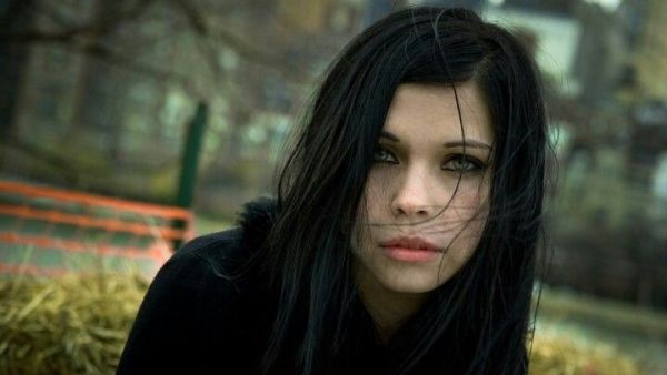 Black haired girl | Black hair | Pinterest | Girls, Irises ...