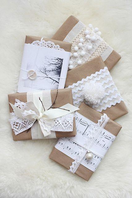 Kleine kadootjes inpakken in bruin papier, met kantjes ,pompoms en belletjes! brown paper wrapping.: