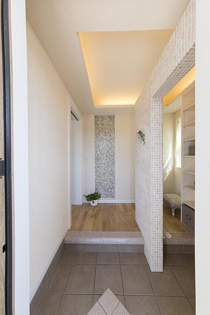 モザイクタイルの仕切り壁、奥は大容量のシュークローゼット。|インテリア|おしゃれ|自然素材|シャビー| 玄関