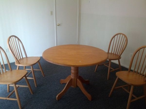 Round Dining Table 3.5 Ft. Diameter & 4 Matching Chairs In