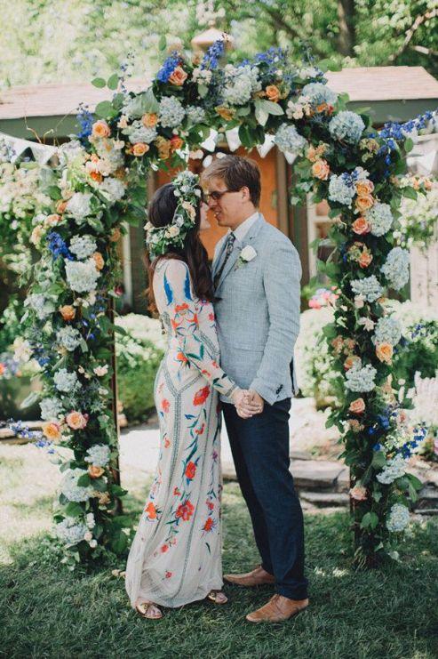 Un bordado colorido también es bonita opción: | 24 vestidos para novias no convencionales: