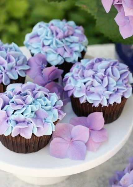Blue and Lavender flower cupcakes   DIY Cupcake Decorating Idea – pretty sure I'd never be able to achieve it, but they're so darn
