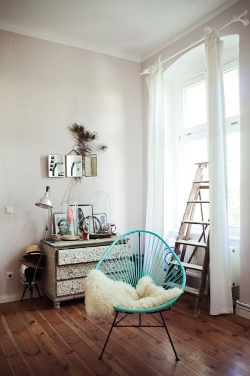 Un rincón relajante con silla acapulco azul