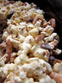 salted caramel almond pretzel popcorn... This super delicious concoction of popcorn, roasted almonds, pretzels, marshmallows and salty caramel is insanely addictive: