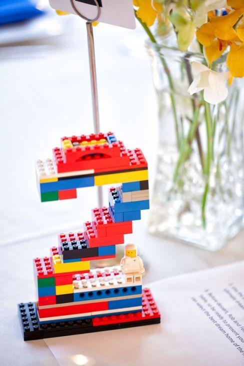 ¿Planeas una Geek Wedding? Aprovecha esta idea de numeros para mesas de boda con legos para colocar junto a los centros de mesa..: