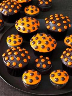 Halloween Polka Dot Cupcakes - super easy choc frosting w/ orange reeses pieces and orange frosting with the brown pieces, adorable: