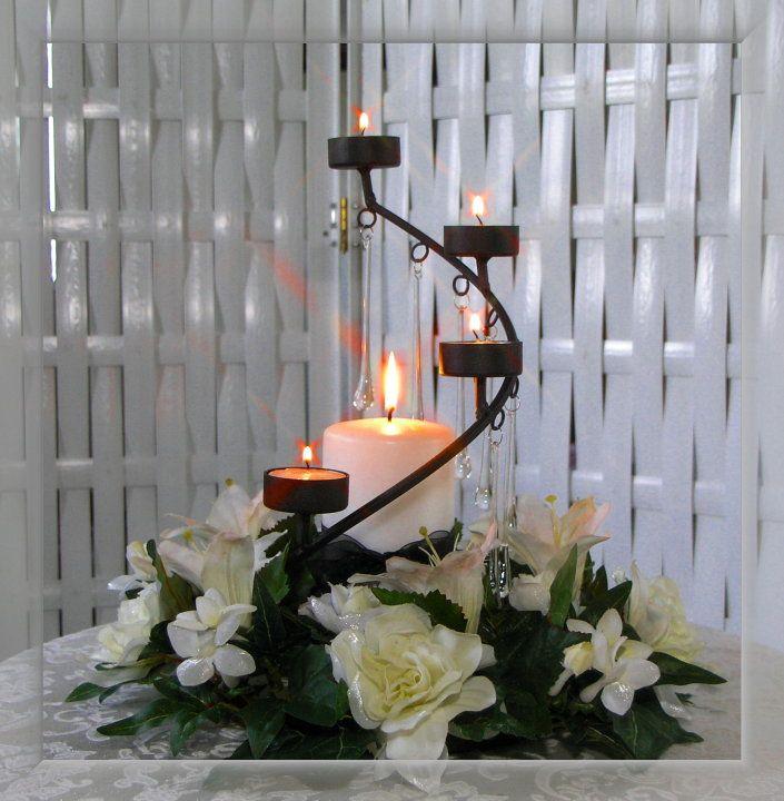 Centro De Mesa Con Flores Y Velas Sobre Herrera