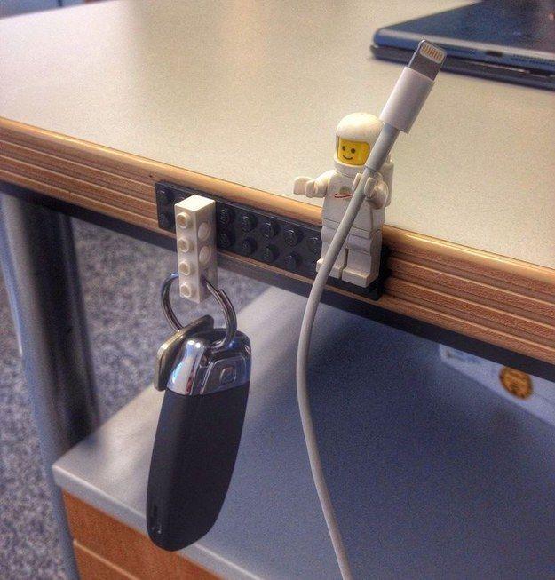 Peças de Lego podem ser organizadores incríveis para uma mesa de escritório.   51 soluções de armazenamento revolucionárias
