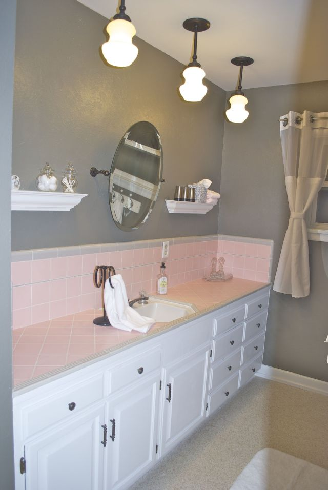 How to embrace the pink tile in the bathroom