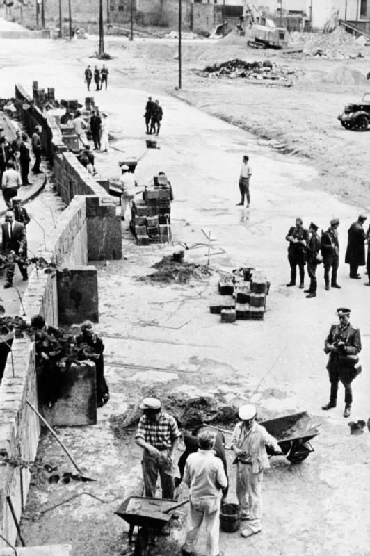 construction of the berlin wall 1961 east german on construction of walls id=11760