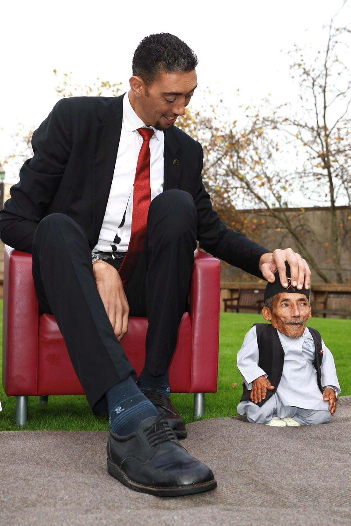 World S Tallest Man Poses With World S Shortest Man