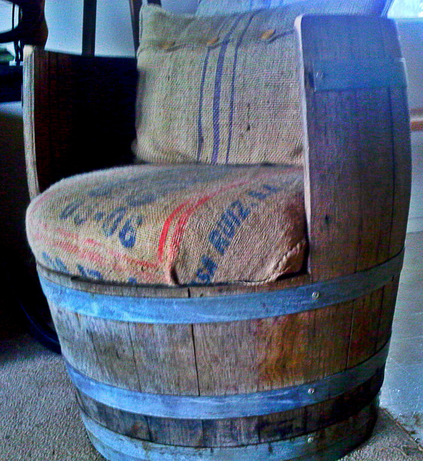 chaise rustique faite dans un baril de whisky rustic chair made from an old