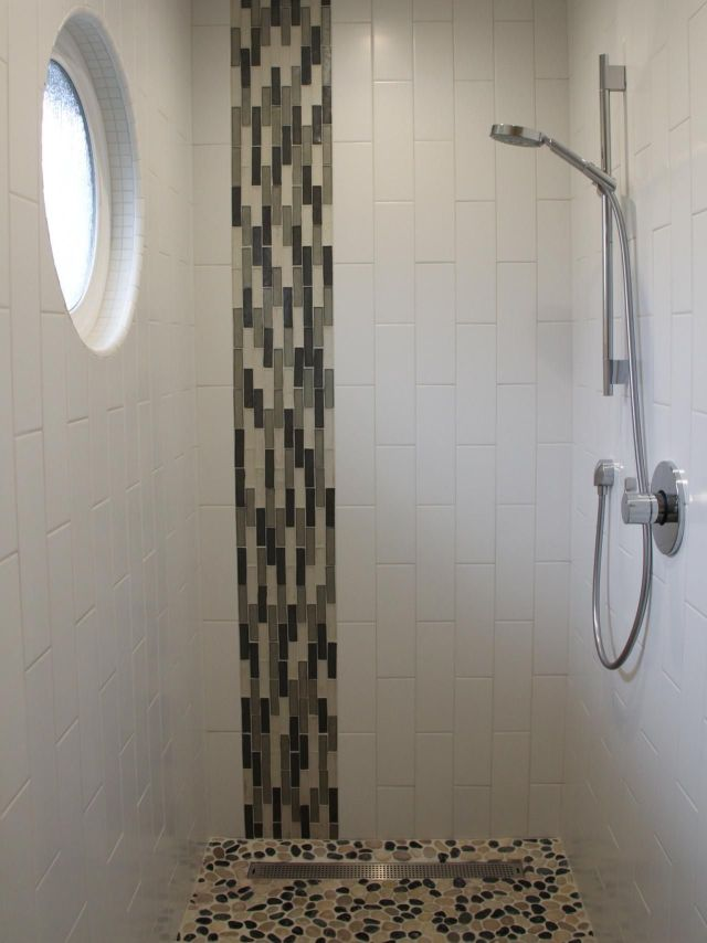 The vertical mosaic glass tile bined with the vertical white