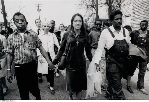 James Baldwin, Joan Baez, and James Forman (left to right) enter Montgomery, Alabama on the Selma to Montgomery march for voting rights, 1965 (source: https://www.pinterest.dk/pin/335096028499898016/)