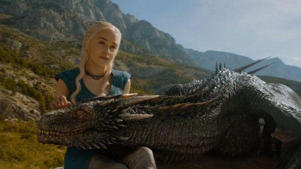 Emila Clarke als Daenerys Targaryen in haar draak Drogos