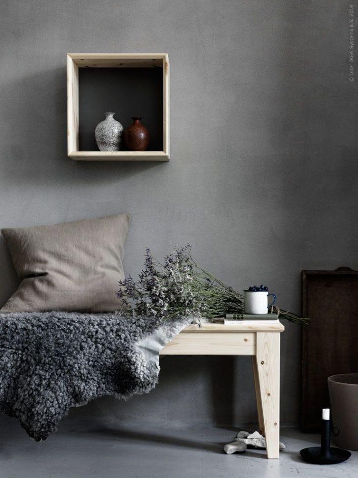 NORNÄS bänk i massiv furu och NORNÄS väggvitrinskåp med vändbar grå