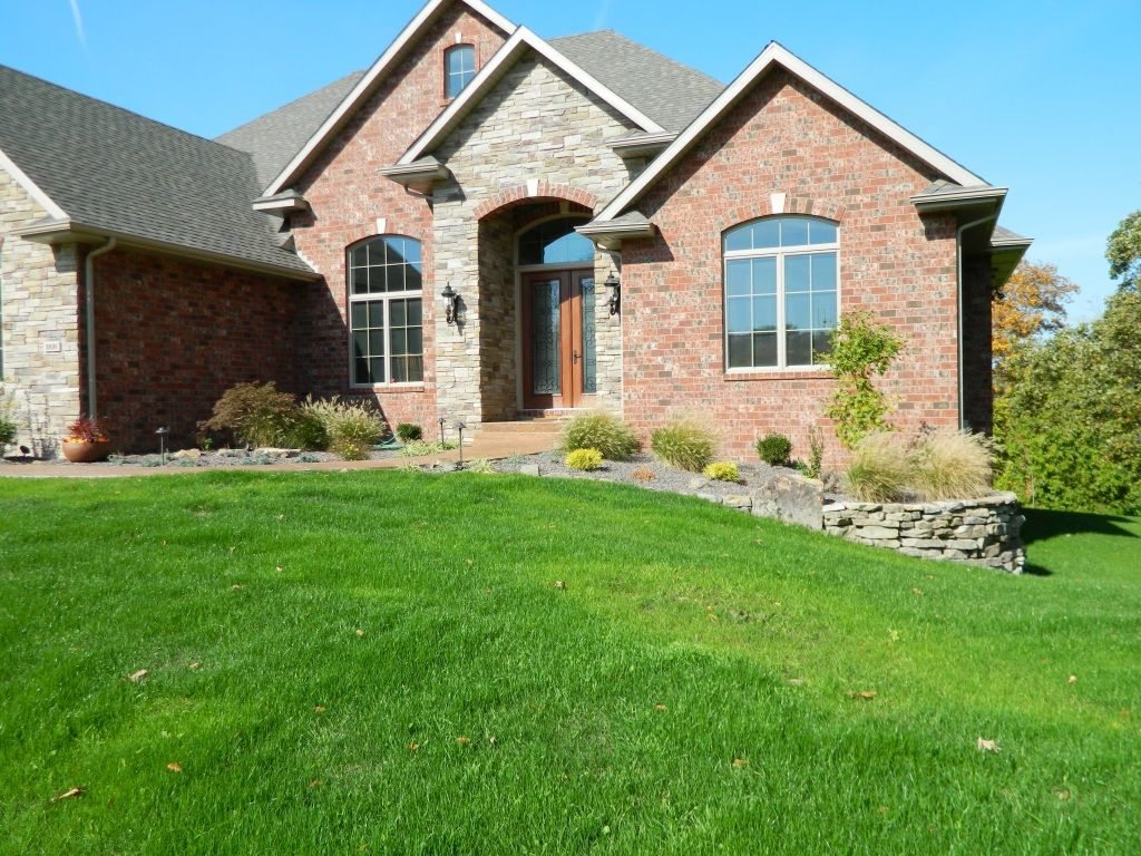 Nice slope from front yard to side yard, with a little ... on Front Side Yard Ideas id=53442