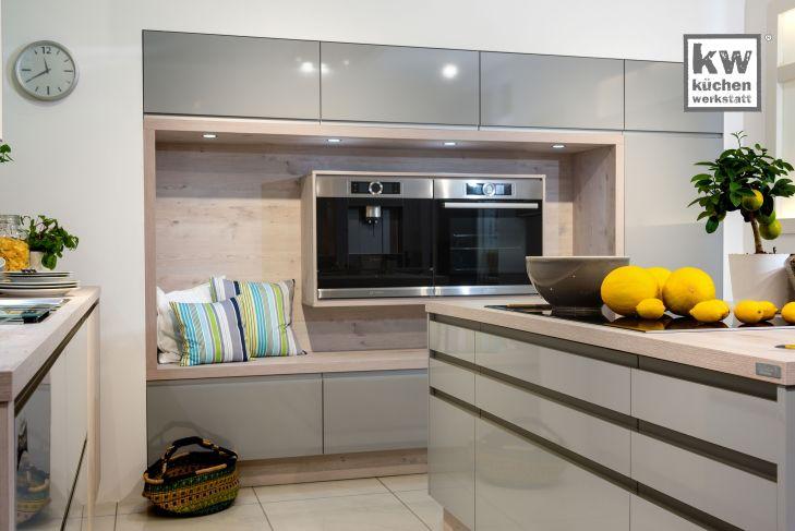 Grifflose Küche mit gemütlicher Sitzecke  Moderne Küchen