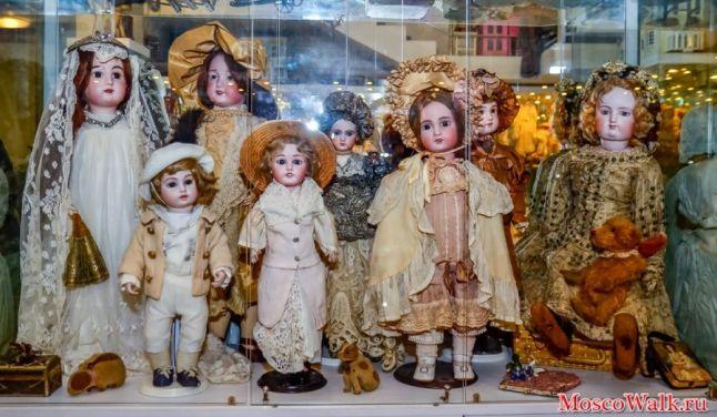 В правом углу - кукла французского мастера Ф.Готье (70-80-е гг XIX в.). Особенностью кукол этого мастера является тело, сделанное из тонкой кожи - лайки и натуральные волосы. Это кукла из коллекции жены бывшего наркома просвещения А.Луначарского.: