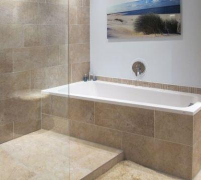 kleine wanne + dusche, fließen boden + wand gleich   bad