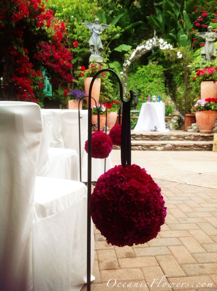 Red Pomanders for the Ceremony Aisle Decoration  Diseño floral