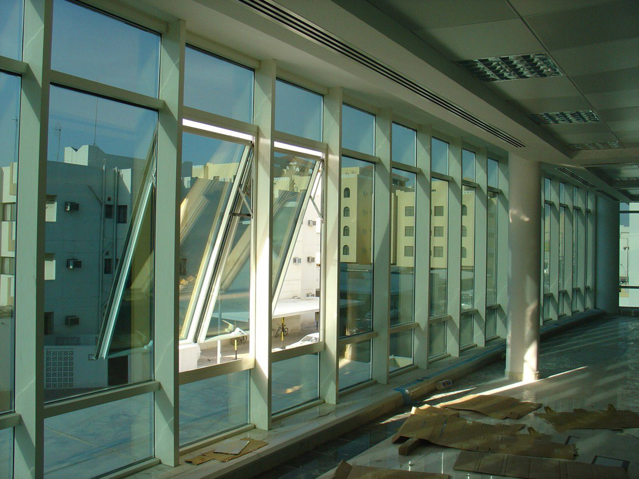 structurally glazed curtain wall with operable google on curtain wall id=32048