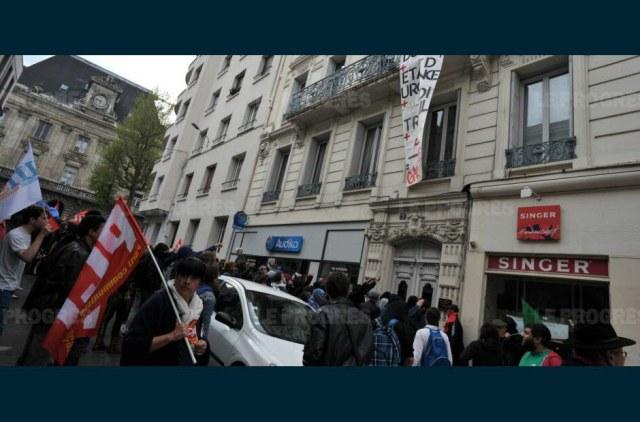 Des échauffourées ont eu lieu en fin de manifestation devant la permanence du député socialiste. Photo Claude ESSERTEL