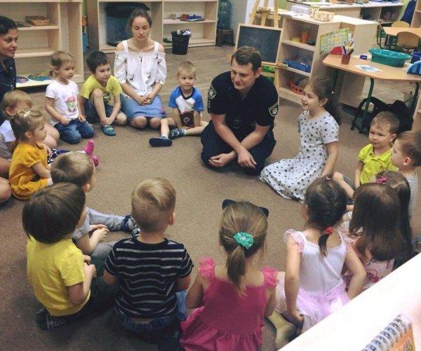В Сумах школьные офицеры полиции рассказывают детям о ...