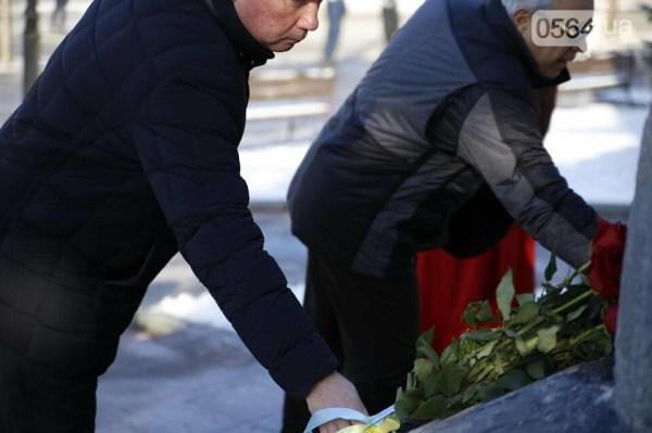 В День Соборности криворожские чиновники возложили цветы к ...